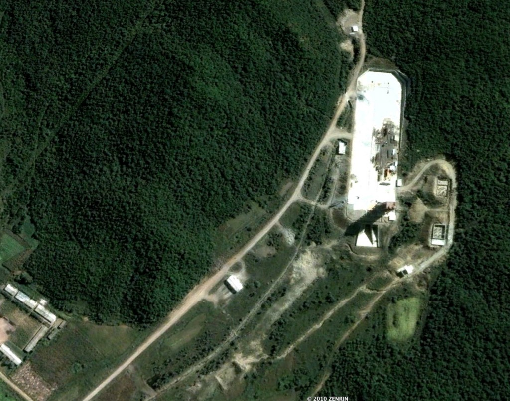 "Tong'chang dong Launch Facility (North is towards reader's lower left) (39°39'33.18""N 124°42'21.58""E)"